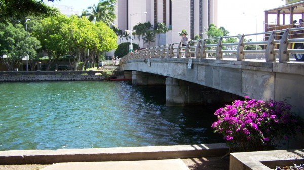 Flowing_to_the_ocean_under_the_Ala_Moana_Blvd._bridge