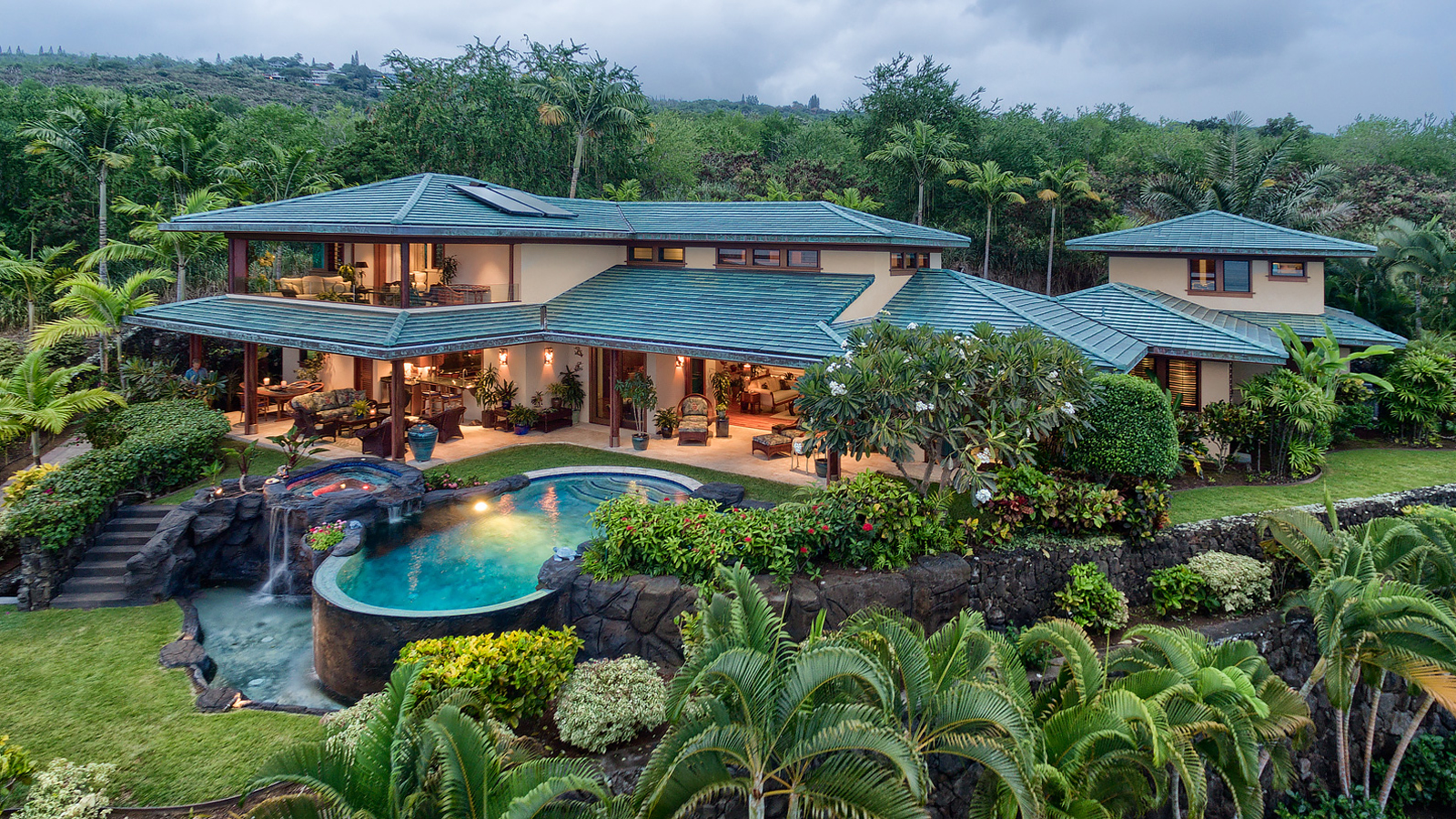 Hawaii homes with tropical landscape design hawaii real for Hawaii home builders