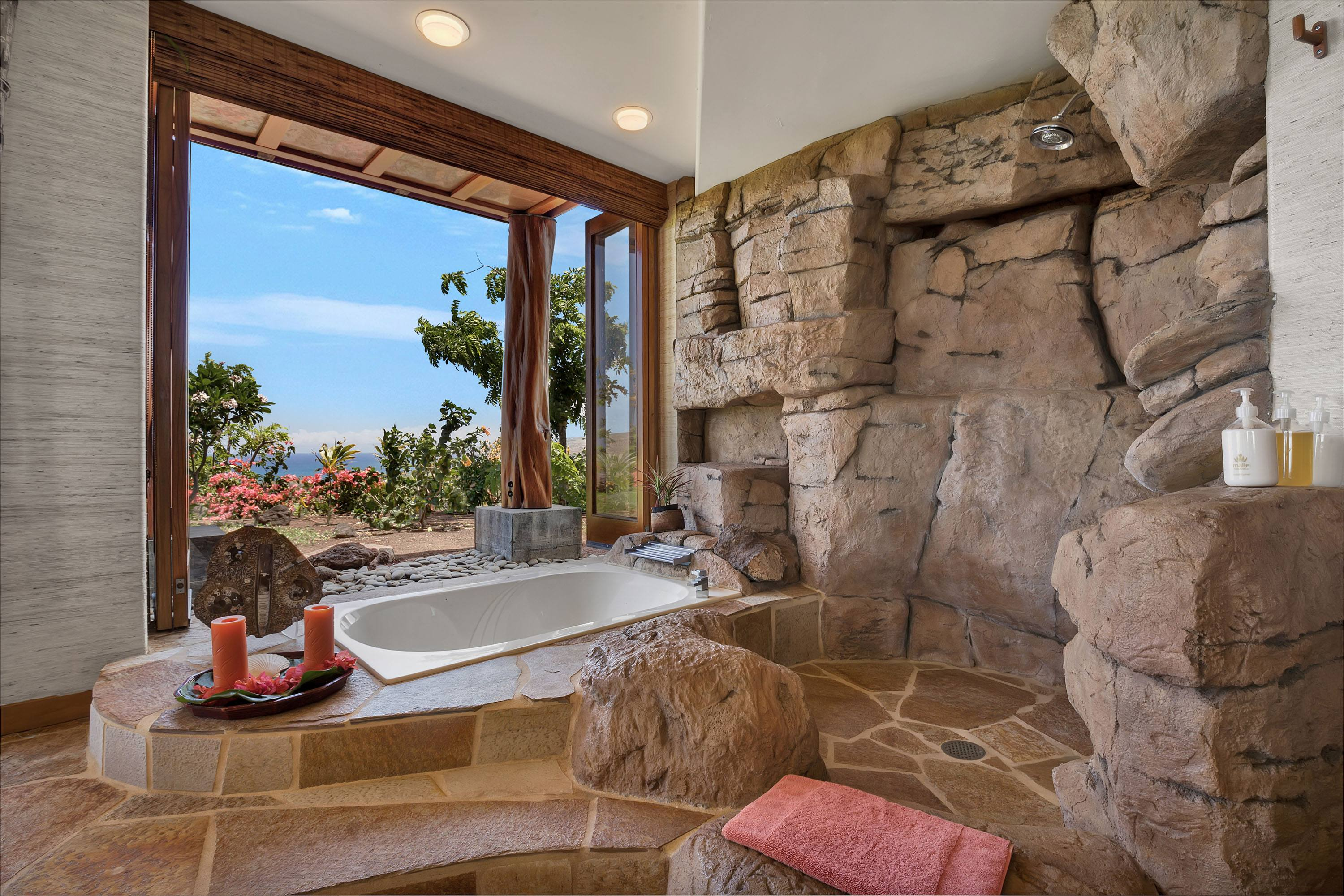 Outdoor bath and shower Mauna Kea Home