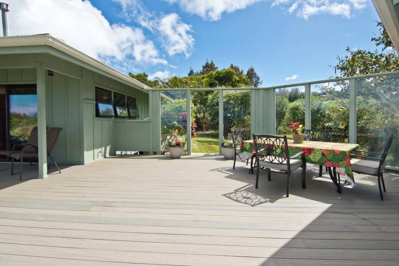 Outdoor dining area protected by glass