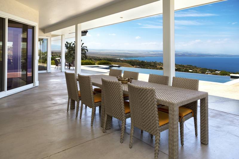 outdoor dining towards ocean