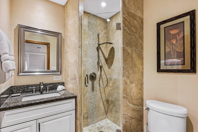 Lahaina Shores Beach Resort 121 bathroom