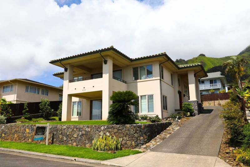 Custom Home In Wailuku Heights With An Elevator And Ocean Haleakala And West Maui Mountain Views Hawaii Real Estate Market Trends Hawaii Life