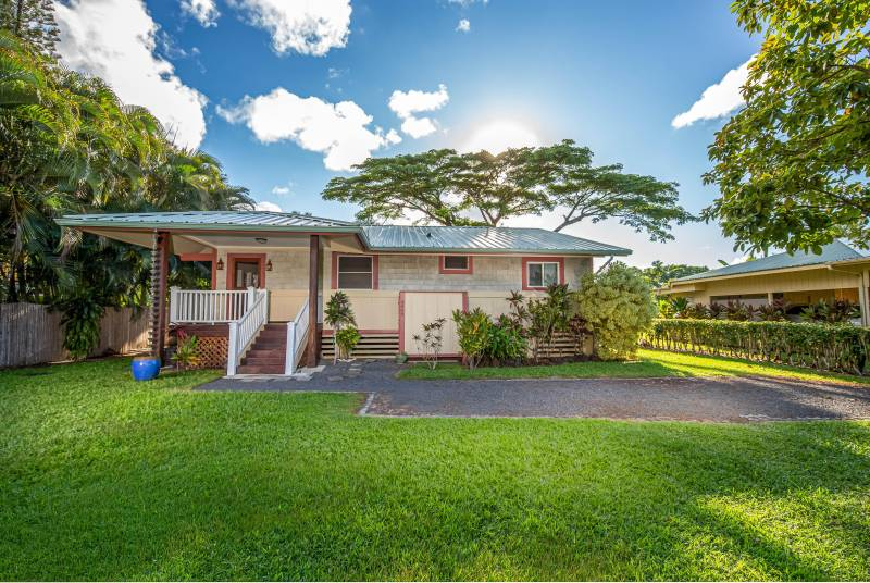Front view of a Hanalei vacation home.