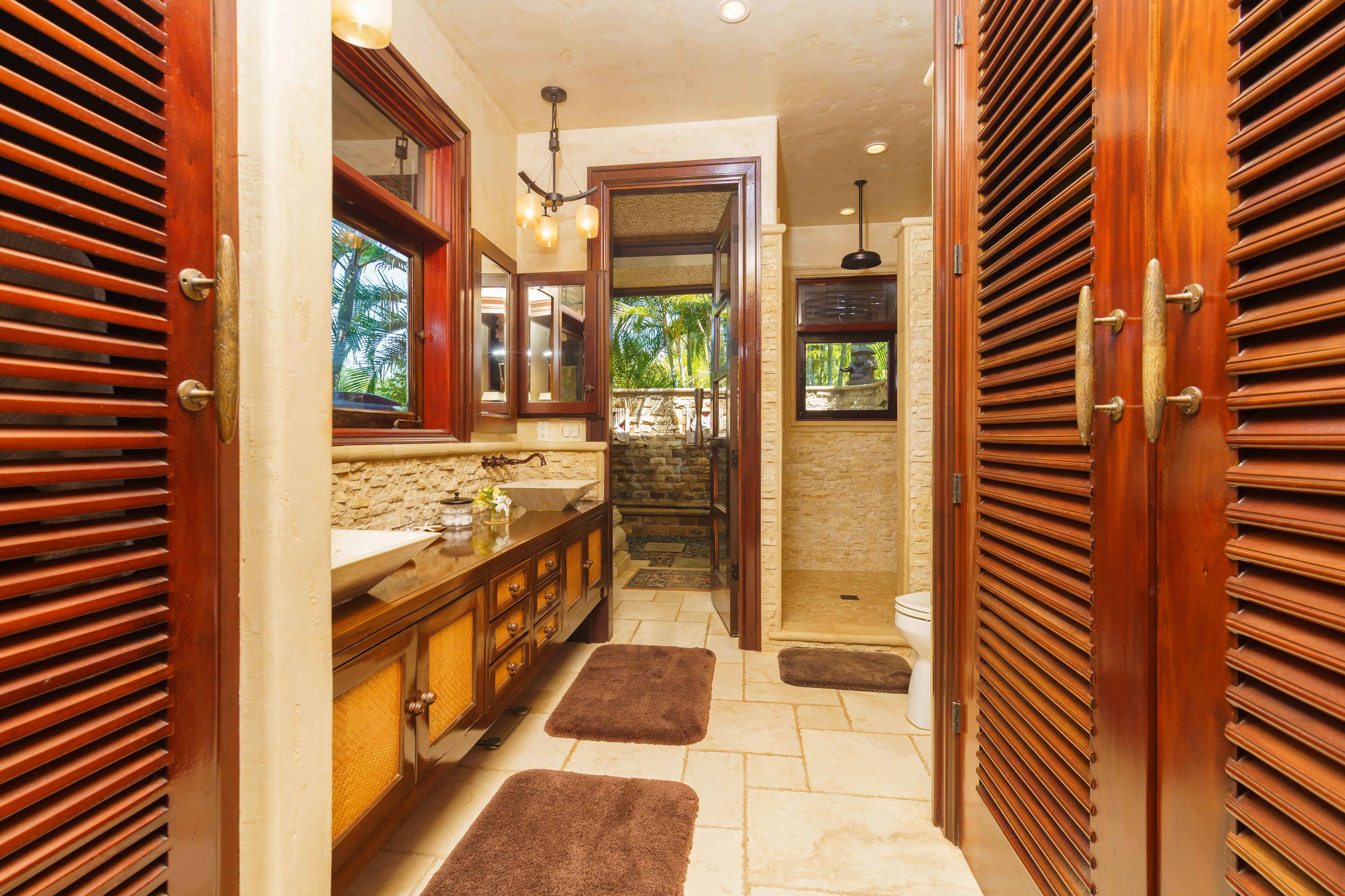 bathroom at Balinese-style estate in Launiupoko maui
