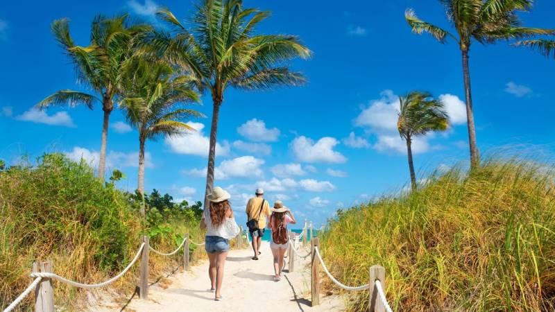 friends walking to beach on oahu
