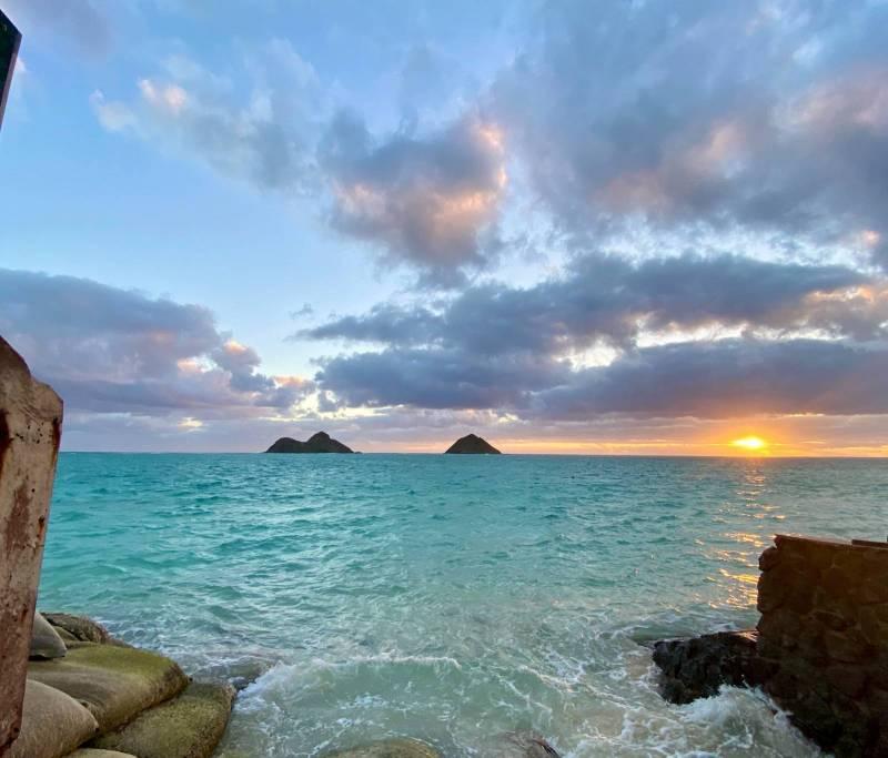 beautiful hawaii sunset over the ocean