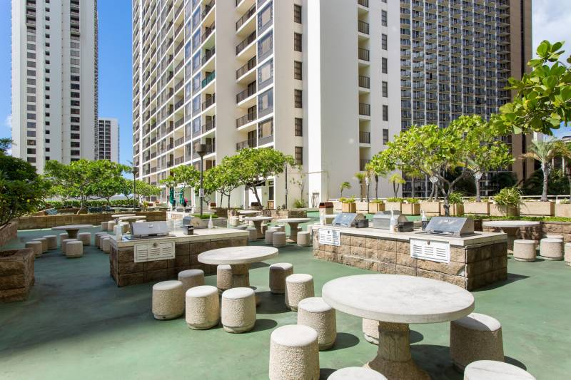 large barbeque area on sixth floor amenity deck