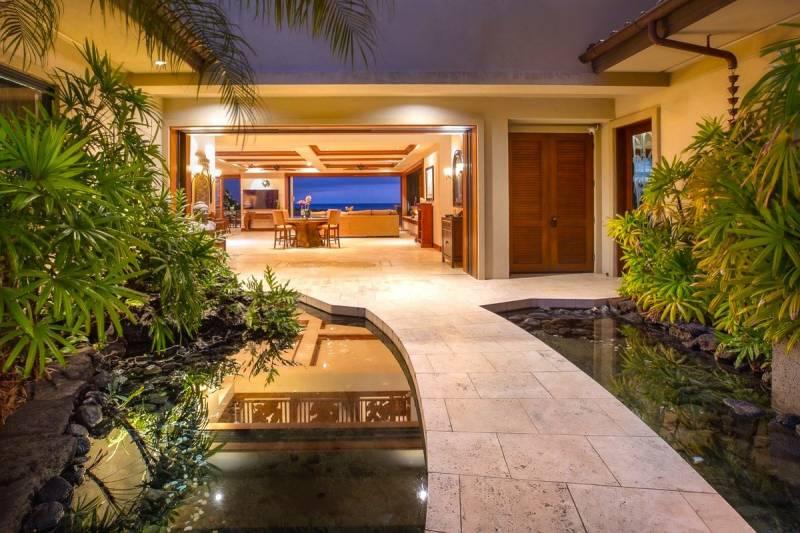 courtyard of luxury big island home
