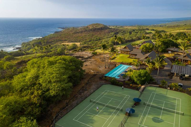 tennis courts by the ocean at hokulia