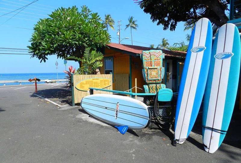 Kahalu'u Bay surfing