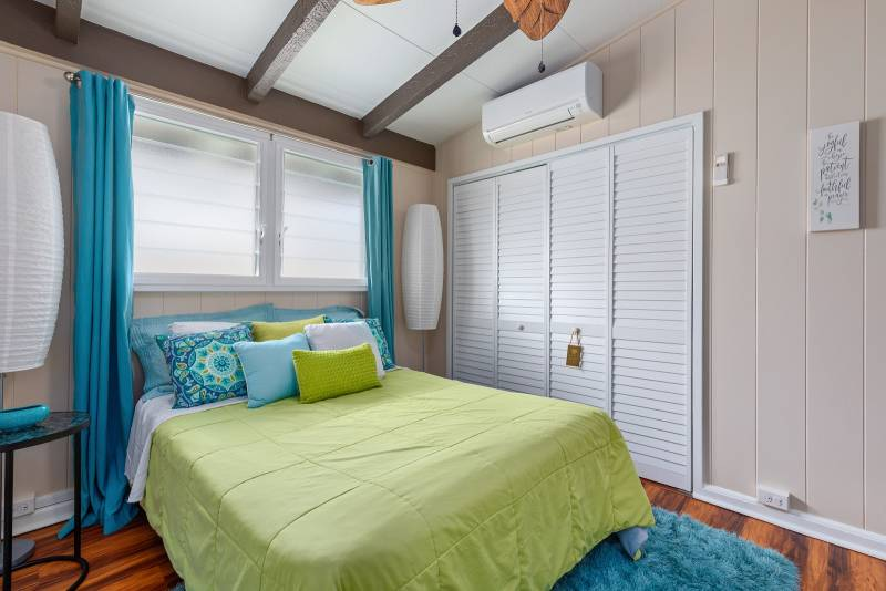 bedroom has jalousie windows